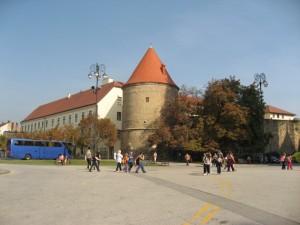 Слева от кафедрального собора