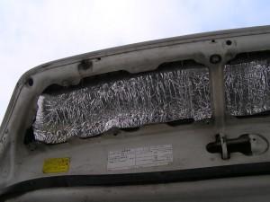 Решетка капота - вид изнутри. Проволока протянута довольно широко, чтобы не порвать утеплитель