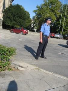 Сербский полицай охраняет Скупщину