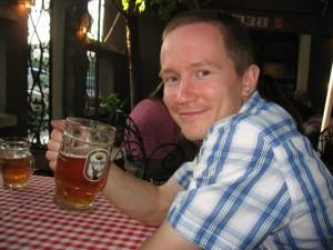 Пью пиво в ресторане домашней кухни в Белграде