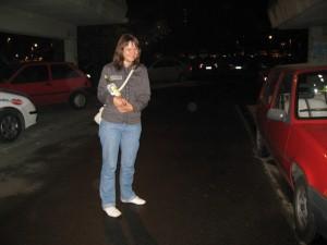 Ольга с бутылкой айвовой ракии