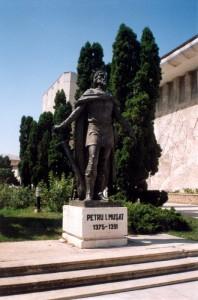 Памятник кому-то в Сучаве (Румыния). 2001 год