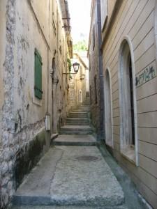 Старинная узкая улица ведет в крепость