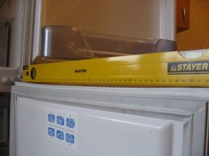 ...кривизну панели на дверце морозилки показывает.