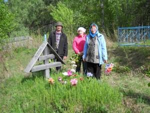 Могила прабабушки Марины в Бундюре. Д. Миша, т. Лида, мама.