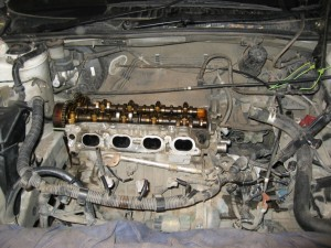 Снята головка двигателя