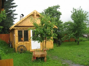 Дом с русской печью и коза из соломы