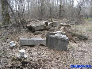 Вот что осталось от надмогильного памятника