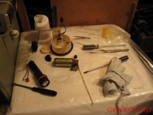 Рабочий стол с разобранным фильтром и насосом