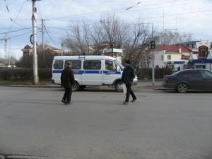 Пешеходам приходится обходить газель с гаишниками