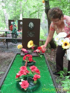 Чуков Николай Денисович. Тетя Лариса ложит цветы своему дяде
