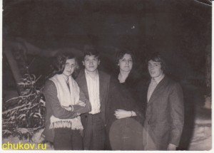 Дядя Вася и дядя Саша (двоюродные братья Чуковы) с какими-то девками