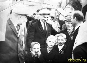 Дед Коля, дядя Слава (надувает шарик), пацан какой-то щурится, дядя Вася и мой отец. Примерно вторая половина 1960-х годов. На какой-то демонстрации (1-й мая или 9-е мая)