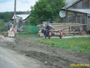 Многие жители продают у дороги сало...