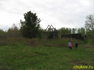 Бундюр. Новый (слева) и старый (справа) дома деда